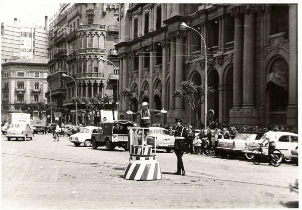 """Valencia con """"Saracof"""" Urbano frente a correos , los 60´ largos Los """"urbanos"""" dirigían al tráfico subidos en un púlpito rayado en blanqui-rojo. Ataviados con Saracof blanco y guantes blancos .Desde luego los """"urbanos"""" no pasaban de muy pocos en toda Valencia. Se sobraban. Nada […]"""